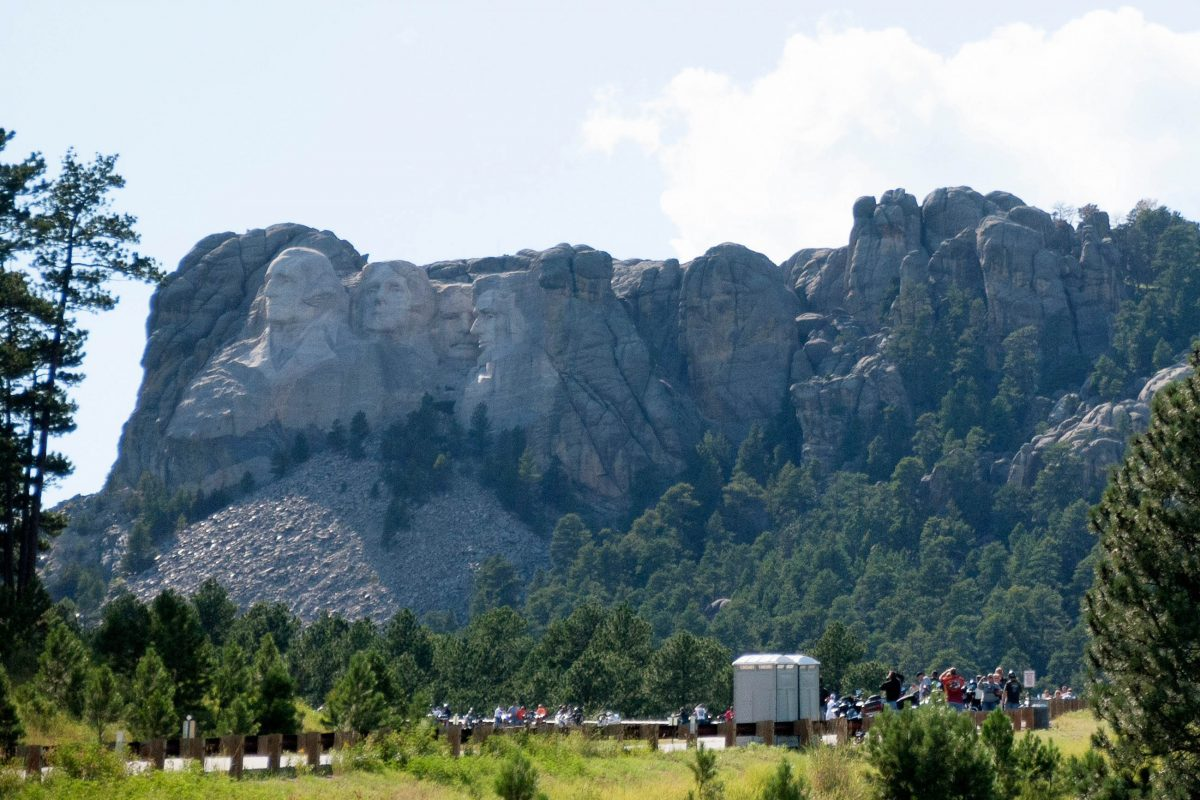 Aus der Ferne sehen die rund 18m hohen Präsidentenköpfe am Mount Rushmore nicht so spektakulär aus, wie vielleicht erwartet, USA - © James Camel / franks-travelbox.com