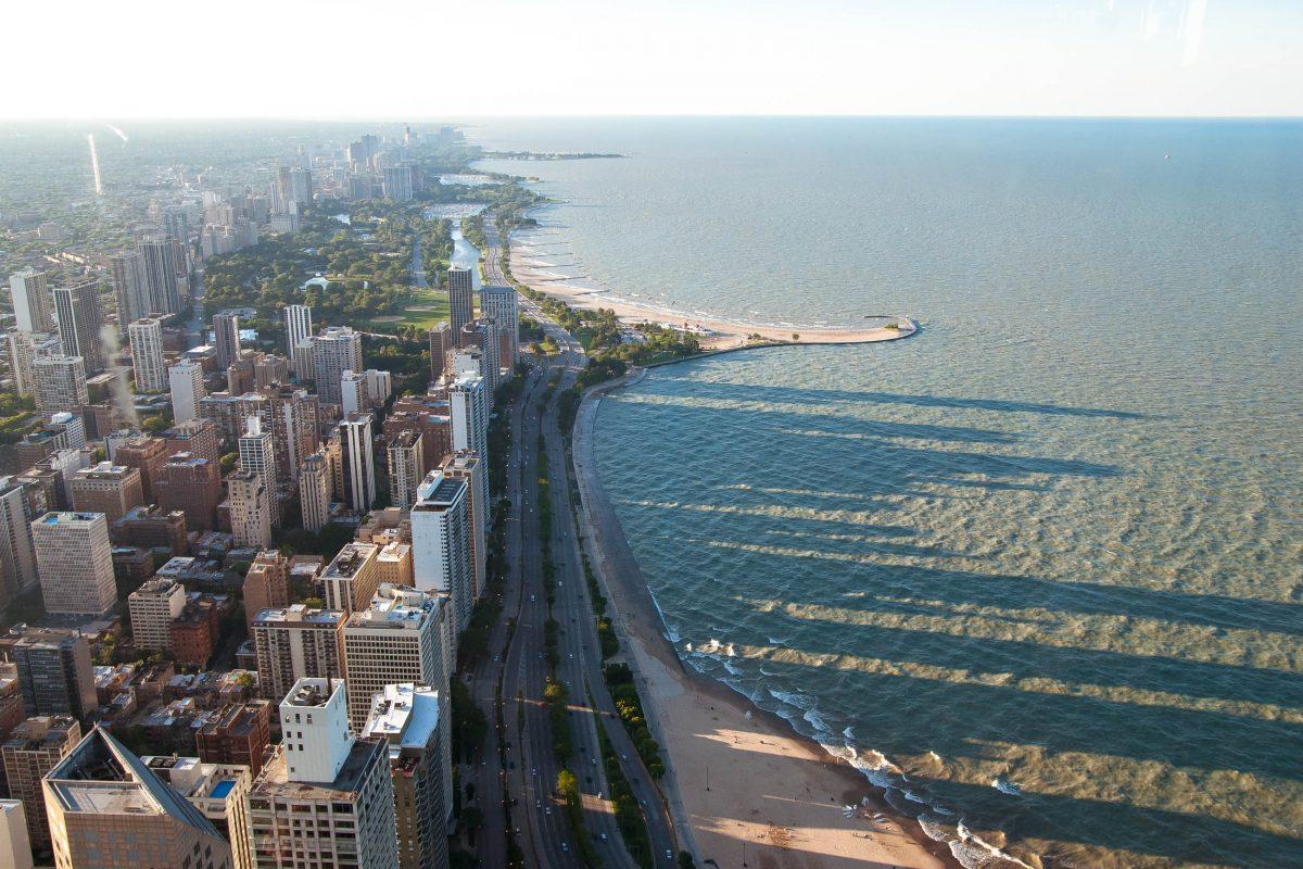 Blick vom John Hancock Center in Chicago auf den Lake Michigan, USA - © James Camel / franks-travelbox