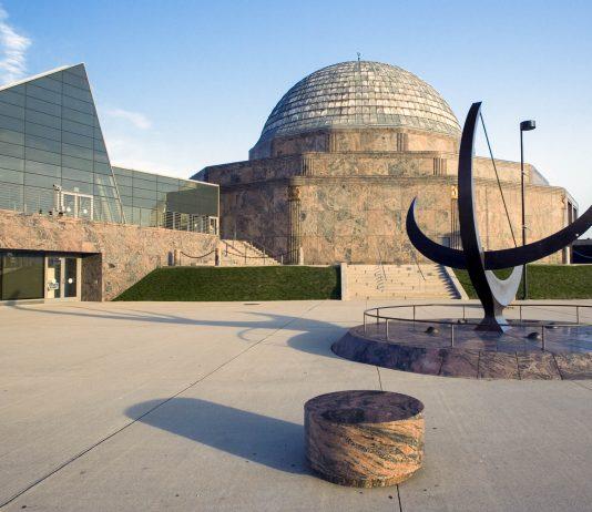 Das Adler Planetarium in Chicago, eines der ältesten Planetarien der Welt, entführt den Besucher auf eindrucksvolle Weise in die erstaunliche Welt der Galaxien, USA - © Henryk Sadura / Shutterstock