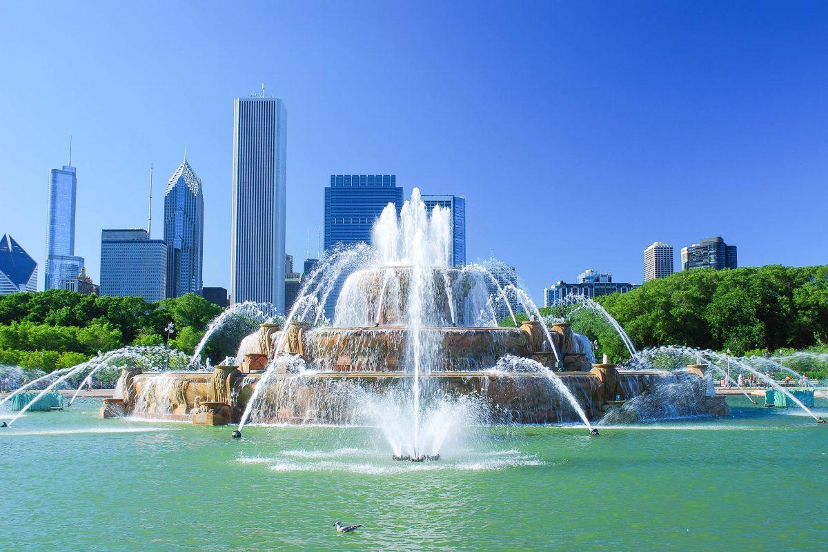 """Der Buchkingham Fountain im Grant Park in Chicago, USA, ist vermutlich aus der Titelsequenz der Serie """"Eine schrecklich nette Familie"""" bekannt - © Claude Gariepy / Shutterstock"""