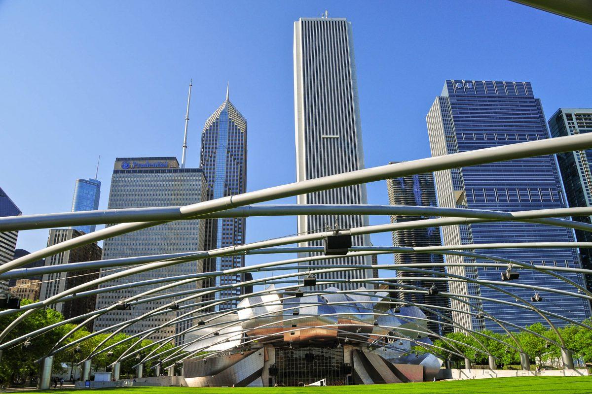 Im Sommer finden im Jay Pritzker Pavillon im Millenium Park in Chicago, USA, den ganzen Tag über Darbietungen von Jazz über Blues bis hin zu Klassik statt - © Richard Cavalleri / Shutterstock