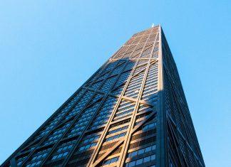 Mit 344m Höhe ist das John Hancock Center das vierthöchste Gebäude Chicagos und bietet dem Besucher eine atemberaubende Aussicht auf die Stadt und den Lake Michigan, USA - © James Camel / franks-travelbox