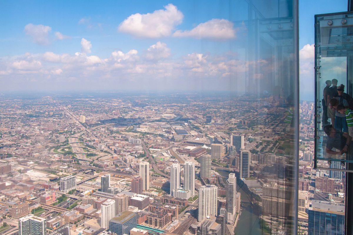 Im Willis-Tower haben die Besucher im 103. Stock auf 412m Höhe die Möglichkeit in den Glasbalkonen des Skydeck über der Skyline von Chicago zu schweben., Illinois, USA - © James Camel / franks-travelbox