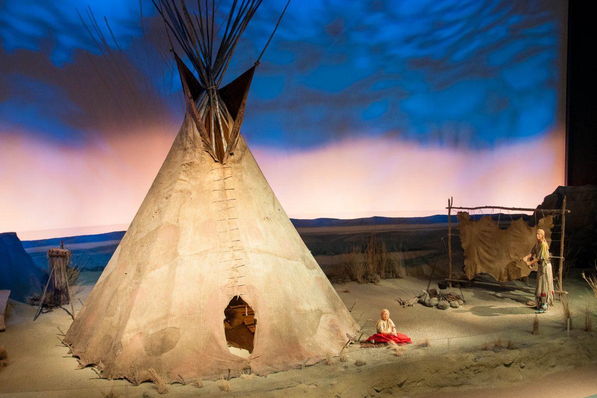 Im Buffalo Bill Historical Center in Cody, USA wird über das Leben der Plain Indians informiert, die zum Teil noch heute die Reservate rund um Cody bevölkern - © James Camel / franks-travelbox