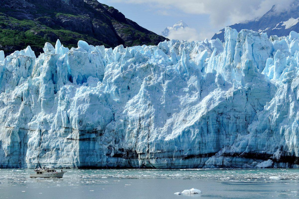 Der gigantische Margerie Glacier ist 34km lang und mündet in einer über 70m hohen Eiswand ins Meer, Glacier Bay Nationalpark in Alaska, USA - © Mark Herreid / Shutterstock