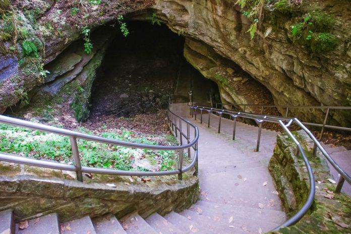Der Mammuthöhlen Nationalpark liegt um das Kerngebiet der Mammuthöhle, die mit gigantischen 590km Ausdehnung das größte Höhlensystem der Welt ist, Kentucky, USA - © Zack Frank / Shutterstock