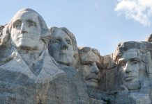 Der Mount Rushmore in den Black Hills im amerikanischen Bundesstaat South Dakota, USA - © James Camel / franks-travelbox
