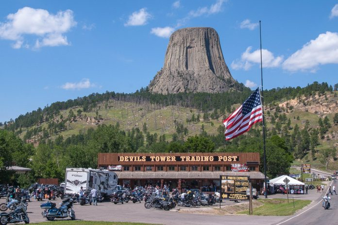 Der über 250m hohe Devils Tower am Rand der Black Hills im amerikanischen Bundesstaat Wyoming ist das erste National Monument der USA - © James Camel / franks-travelbox