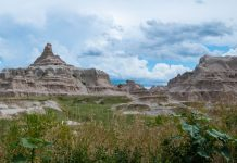 Die bizarren Berge des Badlands-Nationalparks liegen in South Dakota nur 80km südöstlich von Rapid City, USA - © James Camel / franks-travelbox