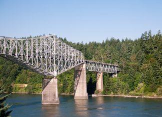 Die Bridge of the Gods wurde in der heutigen Form 1926 eröffnet und ist eine der ältesten Brücken zur Überquerung des Columbia River, Washington, USA - © James Camel / franks-travelbox