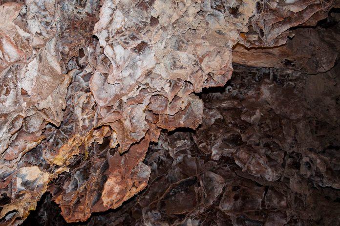 """Die Wind Cave in South Dakota, USA, ist vor allem durch ihre einzigartigen, """"Boxwork"""" genannten Kalzitformationen bekannt - © James Camel / franks-travelbox"""
