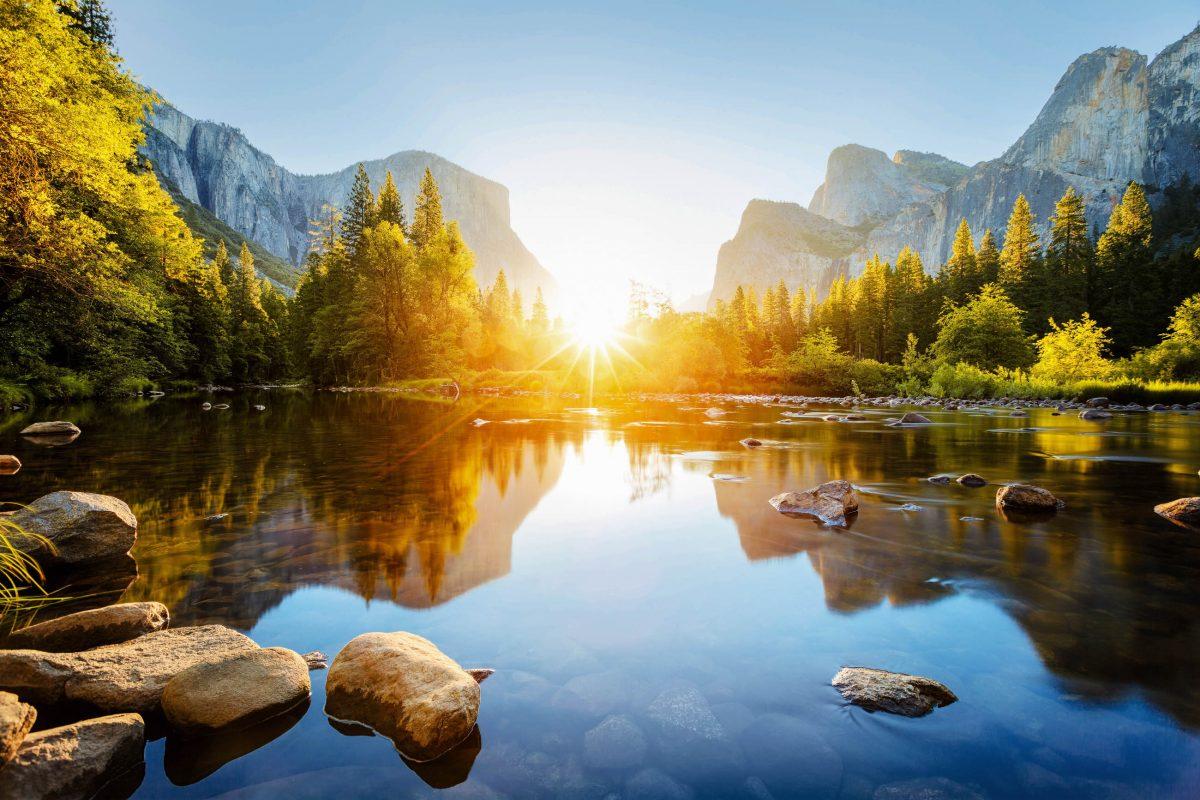Die Yosemite Falls sind mit ihren knapp 740m einer der höchsten Wasserfälle der Welt - © beboy / Shutterstock