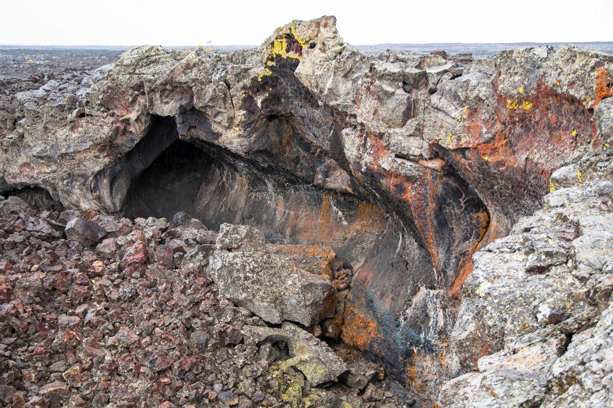 Eine der unzähligen Steinformationen die in den verschiedensten Blau- und Violetttönen schimmern, Craters of the Moon, Idaho, USA - © James Camel / franks-travelbox