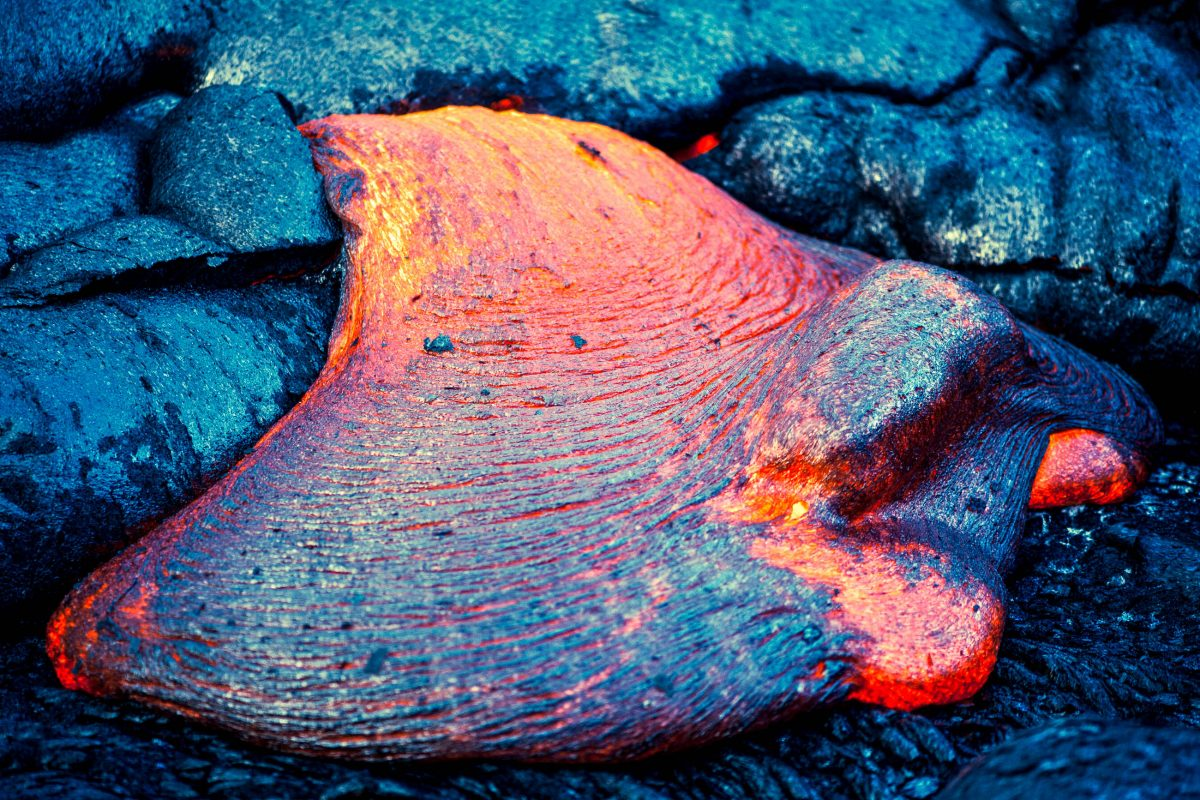 Fließende Lava im Hawaii Vulcano Nationalpark, USA - © Robert Crow / Shutterstock