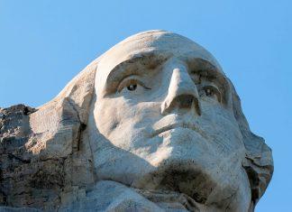 George Washington, der erste Präsident der USA, bekam am Denkmal am Mount Rushmore den prominentesten Platz an der Spitze der Felswand, USA - © James Camel / franks-travelbox.com
