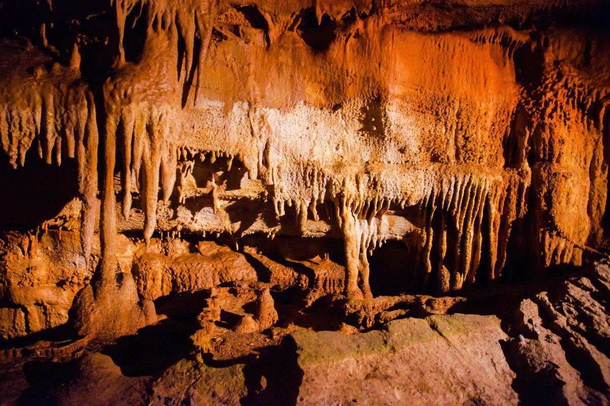 Im Mammoth Cave National Park gibt es gigantische unterirdische Räumen, bizarre Kalksteinformationen, Tropfsteine und Gipskristallformen zu bestaunen, Kentucky, USA - © Zack Frank / Shutterstock