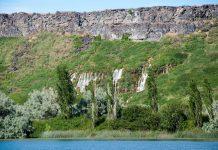 In einem Canyon des Snake River kann man beobachten, wie tausend kleine und größere Wasserfälle aus der Canyon-Wand hervortreten und in den Snake River strömen, Idaho, USA - © James Camel / franks-travelbox