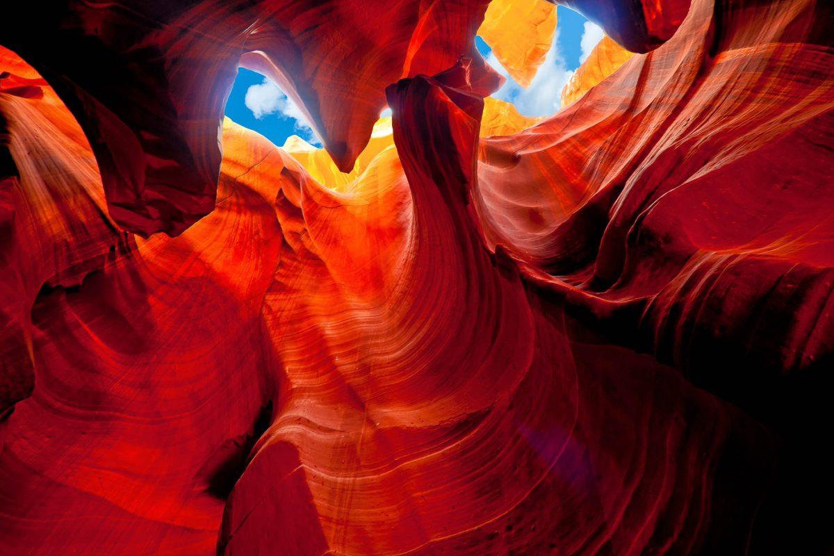 In einer Tiefe von über 40m blinzelt man im Antelope Canyon an sanft geschwungenen oder messerscharfen Felskanten vorbei zur Sonne, USA - © rayjunk / Shutterstock