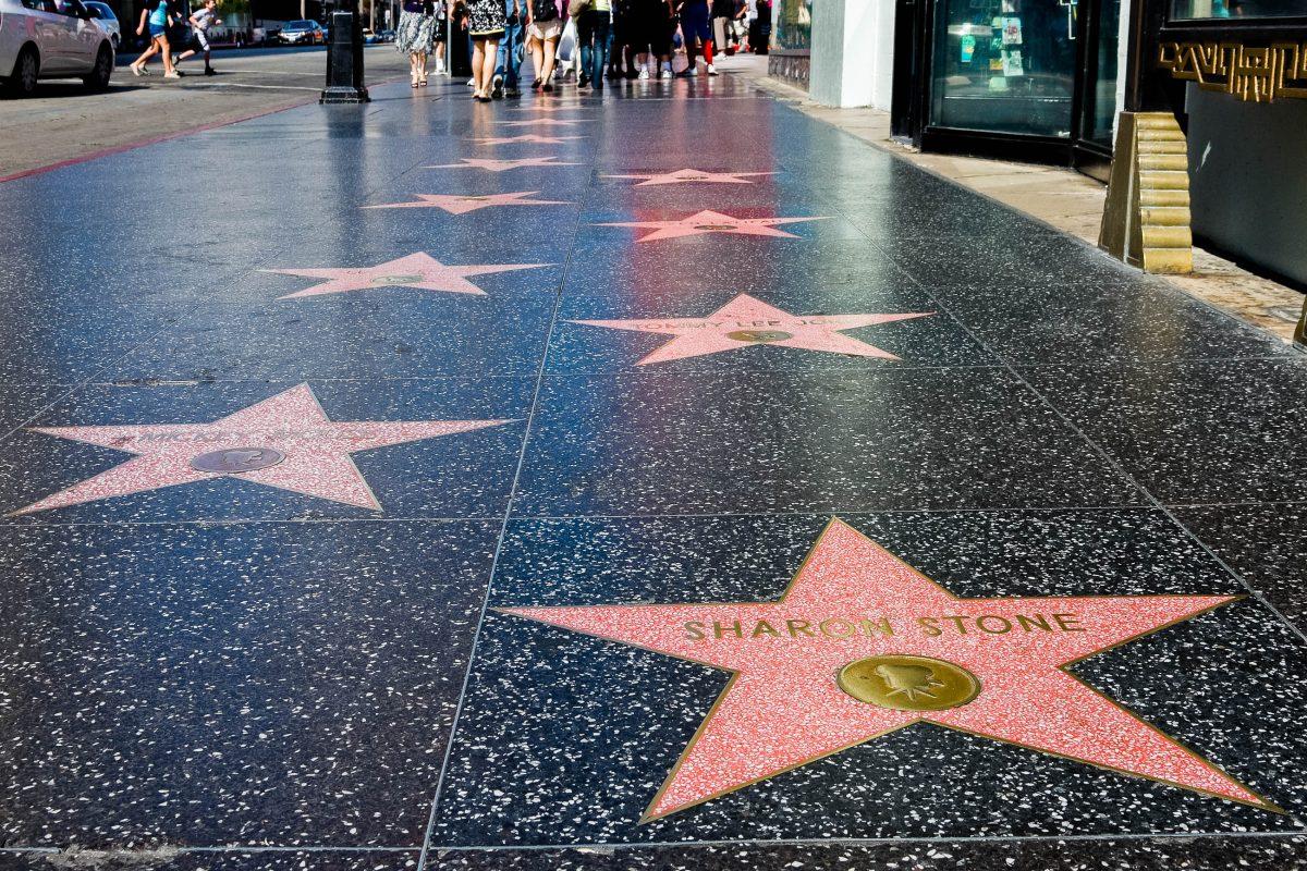 Am Walk of Fame entlang des Hollywood-Boulevards sind über 2.000 Filmstars von der Stummfilm-Zeit bis heute verewigt, Kalifornien, USA - © Andrew Zarivny / Shutterstock