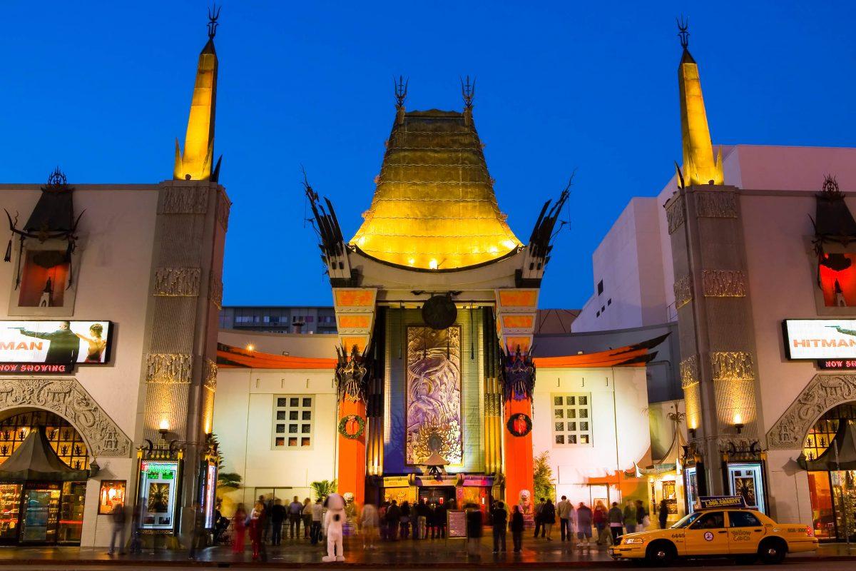Knapp 200 Hollywood-Berühmtheiten haben sich auf dem Vorplatz des Mann's Chinese Theater verewigt - dort sind deren Hand- und Fußabdrücke im Zement eingelassen, Kalifornien, USA - © Andrew Zarivny / Shutterstock