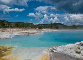 Mit knapp 9.000km² gehört der Yellowstone Nationalpark zu den größten der USA - © James Camel / franks-travelbox