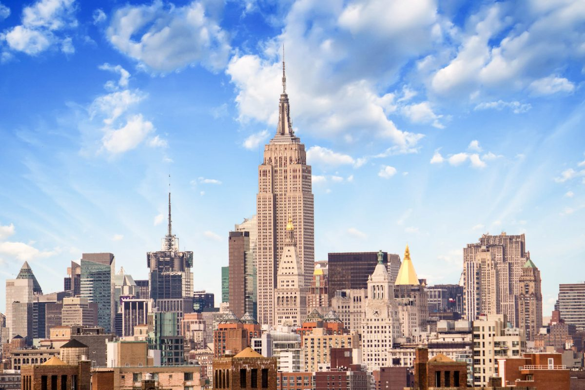 Das durch seine ästhetische Art-déco-Form weltweit bekannte Empire State Building in der Nachmittagssonne von New York, USA - © gagliardifoto / Shutterstock