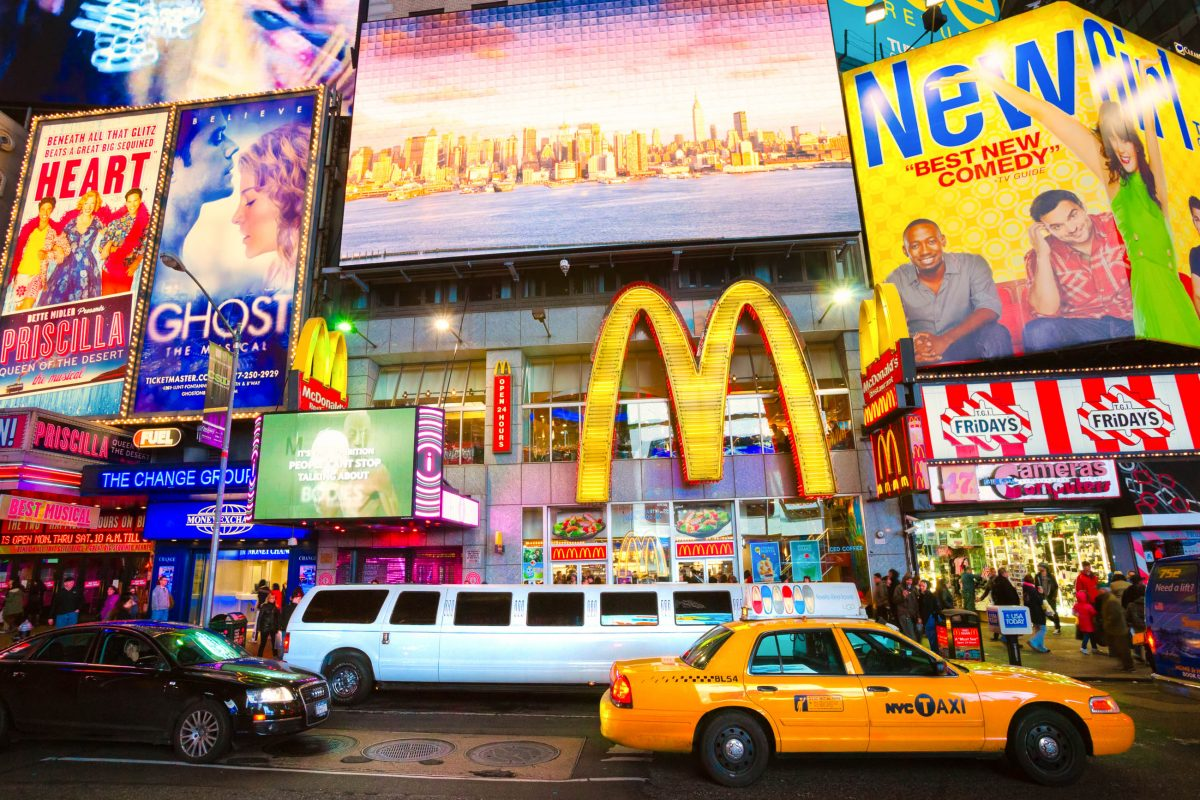 Der Broadway mit seinen weltweit berühmten Leuchtreklamen am Times Square in New York, USA - © Luciano Mortula / Shutterstock