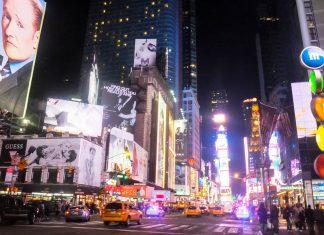 Der Broadway mit seinen weltweit berühmten Leuchtreklamen am Times Square in New York, USA - © Ritu Manoj Jethani / Shutterstock