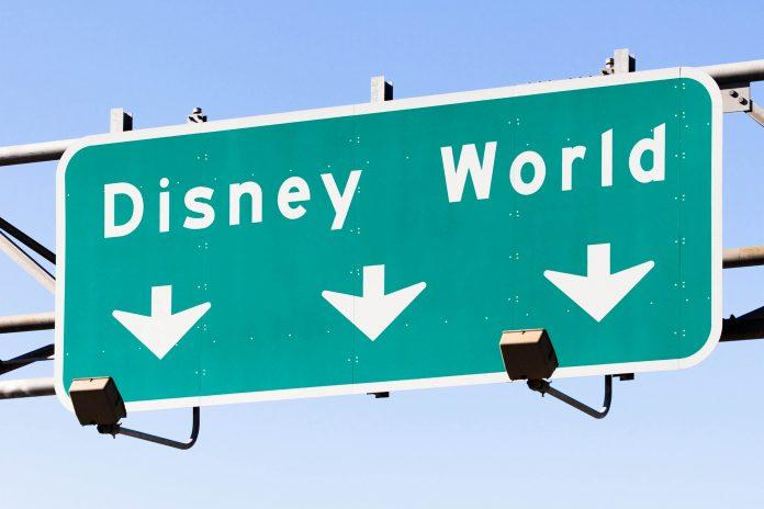 Ein Wegweiser zum Walt Disney World Resort in Orlando, Florida, USA - © Katherine Welles / Shutterstock