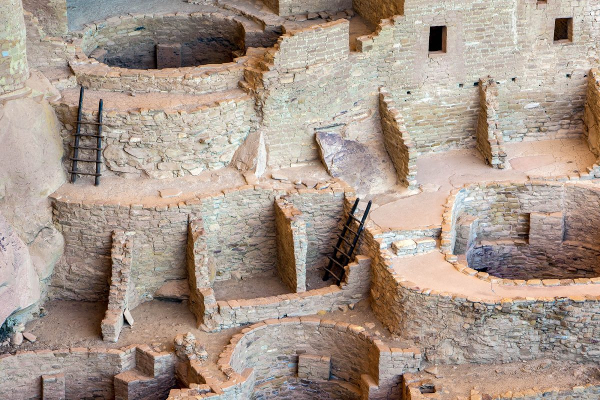 Ruinen der Felswohnungen der Anasazi im Mesa Verde Nationalpark, Colorado, USA - © Doug Meek / Shutterstock