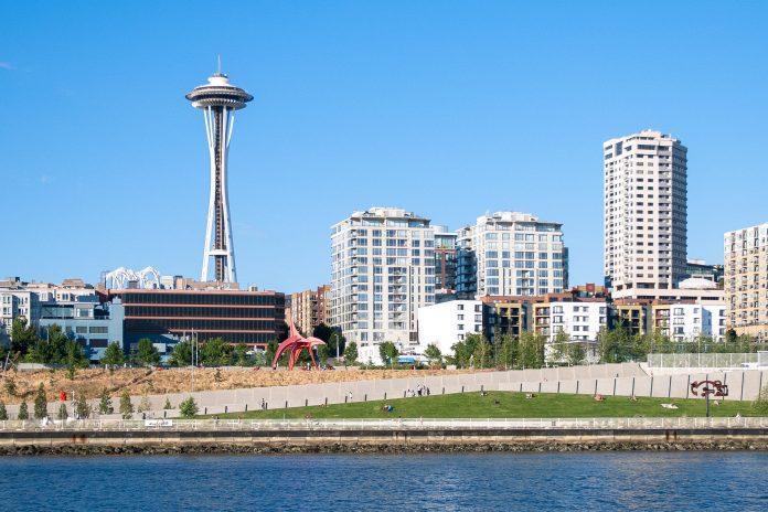 Die 184,4m hohe Space Needle in Seattle, Washington ist das Wahrzeichen der Stadt und bietet eine atemberaubende Aussicht, USA - © James Camel / franks-travelbox