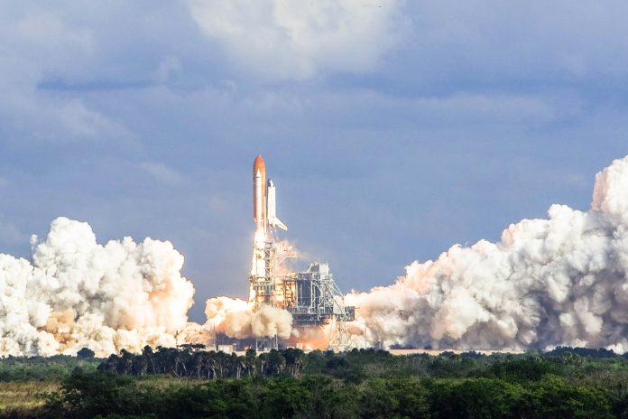 Start einer bemannten Raumfähre vom Weltraumhafen Cape Caneveral in Florida, USA - © Daniel DeSlover / Shutterstock