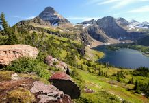 Traumhafte Bergkulisse mit See im Glacier Nationalpark, Montana, USA - © Steve Bower / Shutterstock