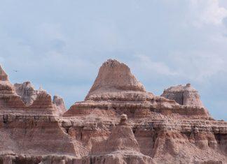 Über den schroffen Felsnadeln des Badlands-Nationalparks in South Dakota ziehen die riesigen Truthahngeier ihre majestätischen Kreise, USA - © James Camel / franks-travelbox