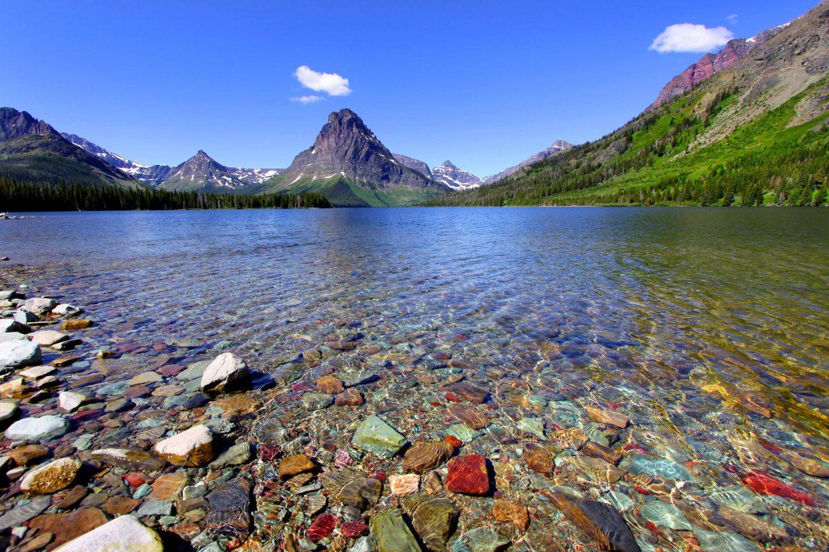 Verstreut über den gesamten Glacier Nationalpark gibt es über 750 Seen, von denen nur knapp 150 benannt sind, hier der traumhafte Two Medicine Lake - © SNEHIT / Shutterstock