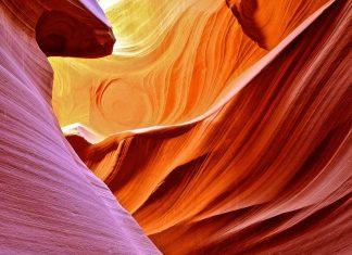 Vor allem um die Mittagszeit zeichnet die Sonne im Antelope Canyon mit der rot-orangen Sandsteinfarbe ein magisches Schauspiel aus Licht und Schatten - © James Whitlock / Shutterstock