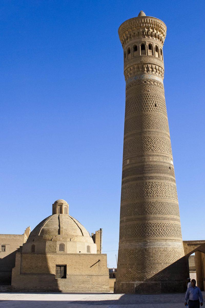 Das beeindruckende Minarett aus dem 12. Jahrhundert der Kalon Moschee ist knapp 50 Meter hoch, Buchara, Usbekistan - © alfotokunst / Fotolia