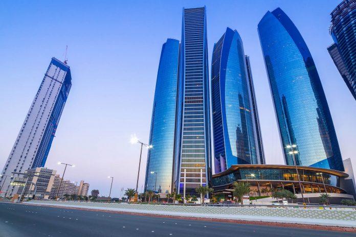 Auf Abu Dhabi Island beherrschen die fünf Kolosse der Etihad Towers das Stadtbild, VAE - © Patryk Kosmider / Shutterstock