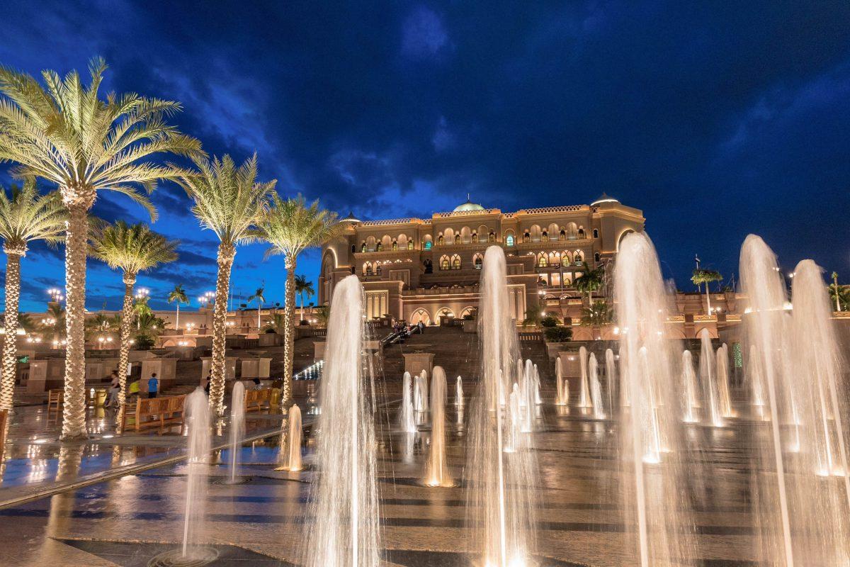 Bei seiner Eröffnung im Jahr 2005 war das Emirates Palace Hotel in Abu Dhabi, VAE, das teuerste Hotel, das je gebaut wurde - © Sanchai Kumar / Shutterstock