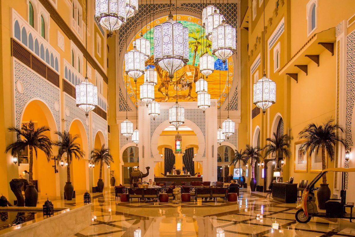 Bereits in der gewaltigen Eingangshalle des Emirates Palace Hotels in Abu Dhabi, VAE, verschlägt es unbedarften Hotelgästen die Sprache - © Ingus Kruklitis / Shutterstock
