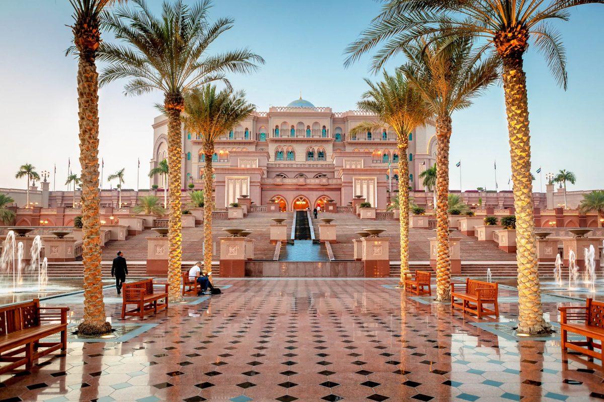 Das Emirates Palace Hotel in Abu Dhabi, VAE, verwöhnt seine Gäste mit märchenhaften Suiten, Speisen aus aller Welt, einem Bilderbuch-Strand und einer gigantischen Fitness-, Pool- und Spa-Landschaft - © Shahid Khan / Shutterstock