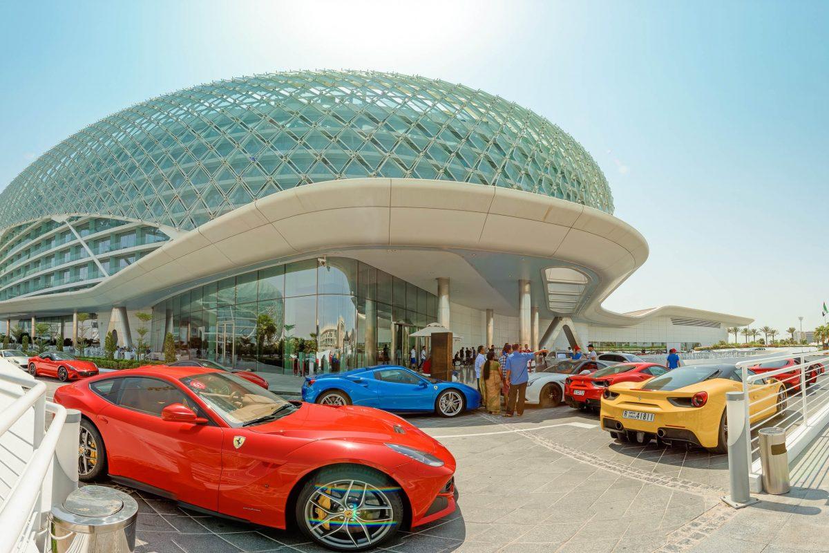 Das geschwungene Dach des Yas Hotels ist das markanteste Merkmal des gesamten Yas Marina Circuits in Abu Dhabi, VAE - © HainaultPhoto / Shutterstock