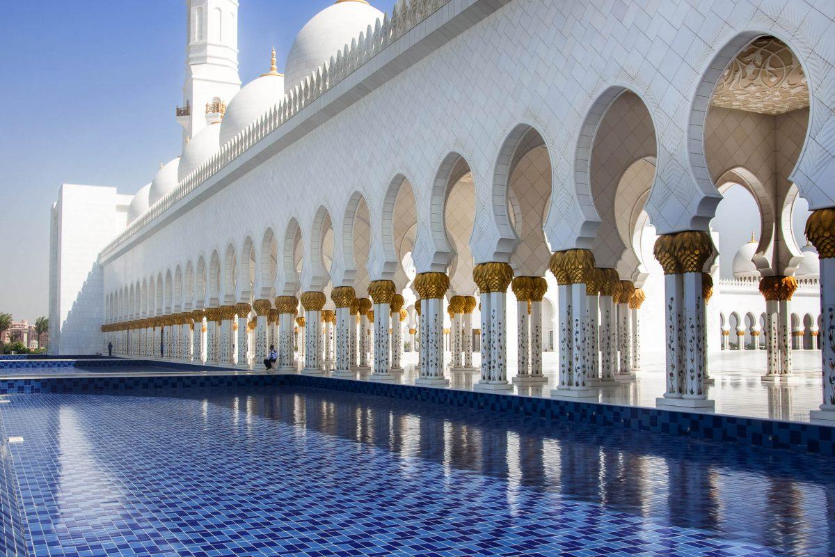 Das Grundstück der Scheich-Zayid-Moschee umfasst eine Fläche von 56 Hektar, Abu Dhabi, VAE - © creativei images / Shutterstock