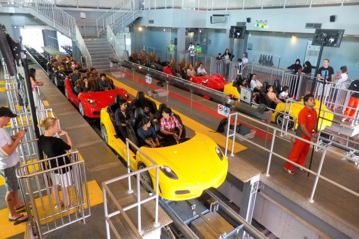 Die Ferrari F430 Spider Wägen der gut 1km langen Fiorano GT Challenge in der Ferrari World in Abu Dhabi beschleunigen auf 95km/h, VAE - © Ritu Manoj Jethani / Shutterstock