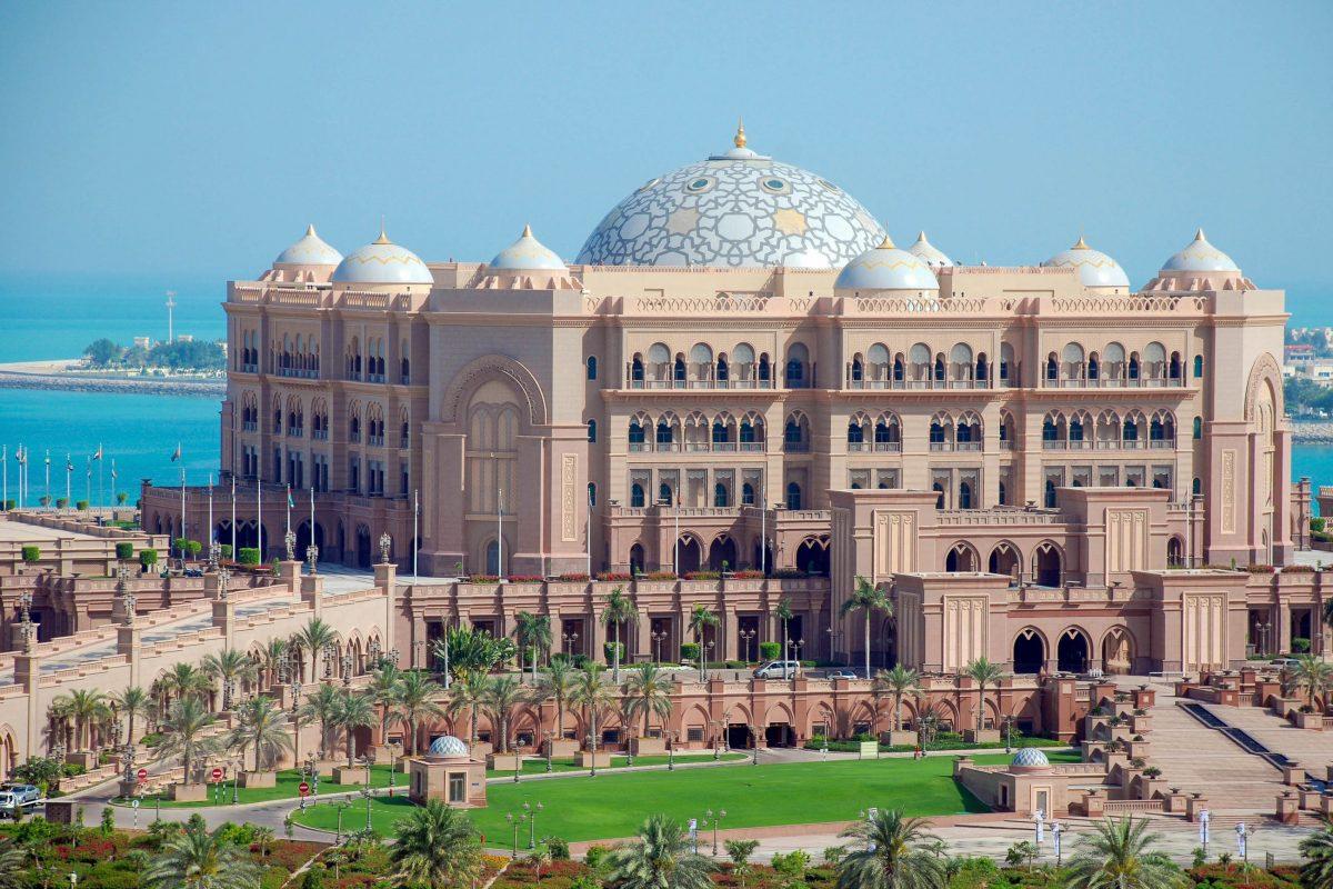 Die größte Kuppel des Emirates Palace Hotels in Abu Dhabi krönt den Ballsaal und erreicht einen Durchmesser von 17 Metern, VAE - © Daniel Leppens / Shutterstock
