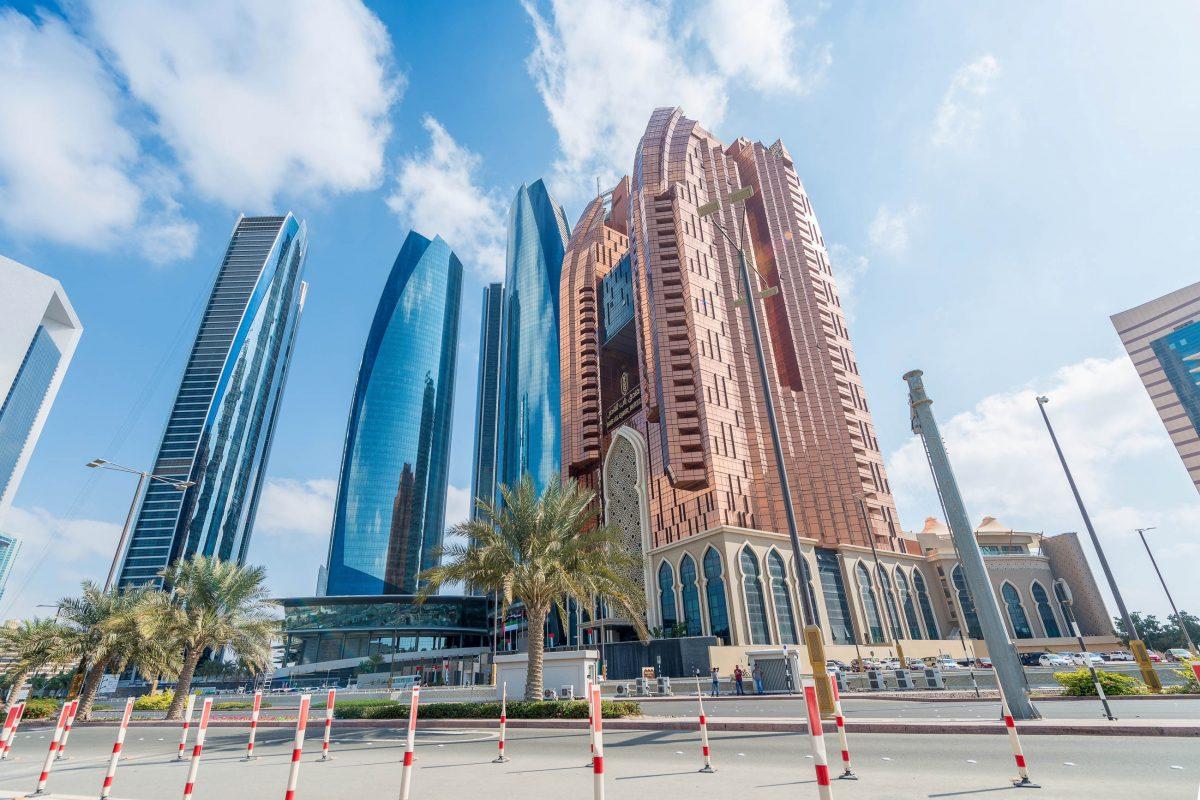 Die höchsten Gebäude und die luxuriösesten Hotels von Abu Dhabi, VAE, sind entlang der idyllischen Corniche zu finden - © GagliardiImages / Shutterstock