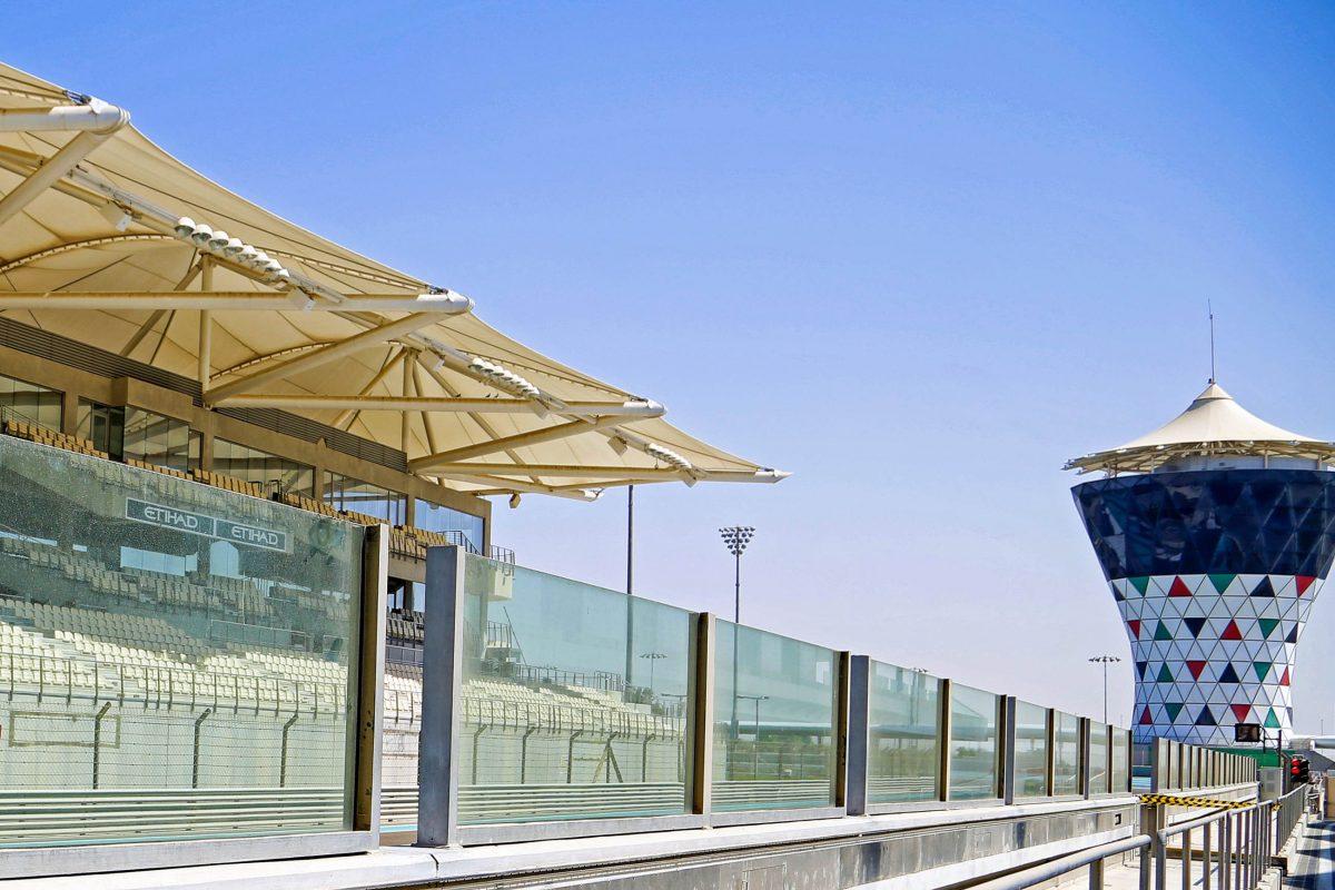 Die hypermodernen und vollständig überdachten Tribünen des Yas Marina Circuit in Abu Dhabi, VAE, bieten Platz für rund 50.000 Zuschauer - © Oluwaseyi Usman / Shutterstock