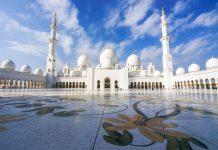 Die prächtige Scheich-Zayid-Moschee aus schneeweißem Marmor in Abu Dhabi ist eine der prunkvollsten Moscheen der Welt, VAE - ©  liseykina / Shutterstock