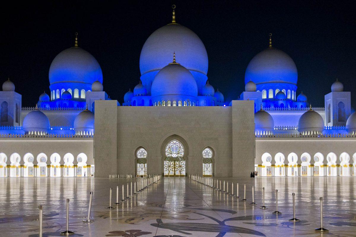 Die Scheich-Zayid-Moschee in Abu Dhabi ist bei Nacht wundervoll beleuchtet, VAE - © Andrzej Fryda / Shutterstock