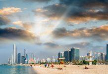 Die Wasserqualität am Corniche Beach von Abu Dhabi ist hervorragend und wurde bereits mehrmals mit der Blauen Flagge ausgezeichnet, VAE - © GagliardiImages / Shutterstock